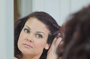 bridesmaid getting ready on the wedding day © Erika's Way Photography